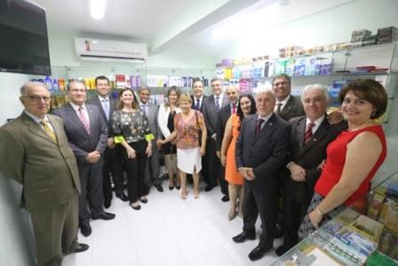 Autoridades posam dentro da farmácia