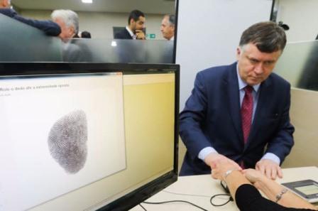 Marcos da Costa faz o seu cadastramento biométrico.