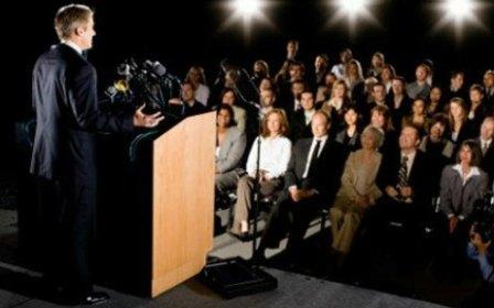 Discurso em tribuna para auditório lotado