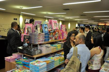 Pessoas circulam pela livraria da CAASP durante promoção de livros infantis