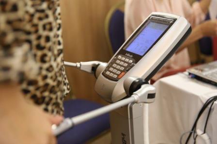Mulher passa por exame de bioimpedância