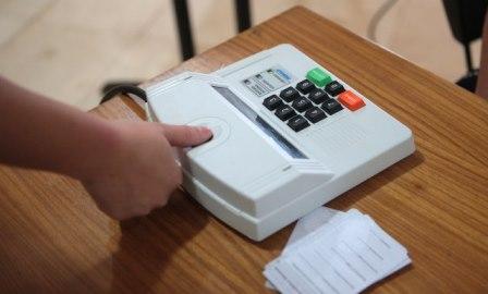 Eleitor votando por procedimento biométrico