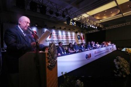 Dirigente da OAB lê a Carta de Campinas