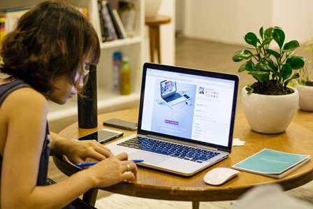 mulher estuda diante do computador