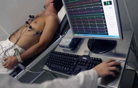 Homem submete-se a exame de ecocardiograma