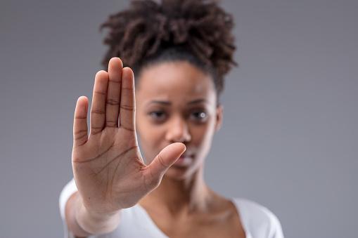 Feminicídio cresce na pandemia; advogadas vítimas de violência doméstica encontram apoio na CAASP