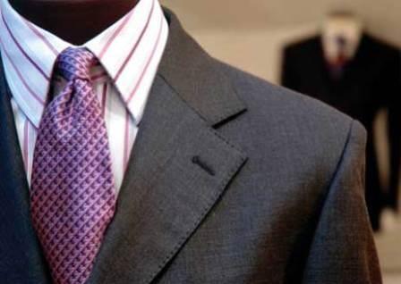 Homem vestindo terno com gravata em destaque