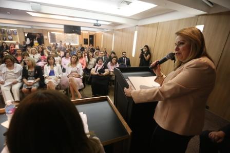 Kátia Boulos discursa no seminário Outubro Rosa