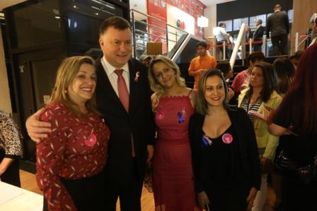Presidente da OAB-SP, Marcos da Costa, posa para foto com advogadas