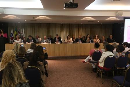 Mesa de autoridades no seminário Outubro Rosa