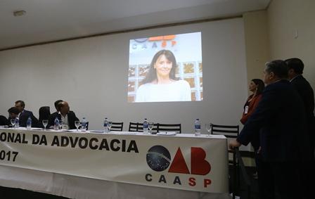 Projeção de foto de Maria Célia no evento