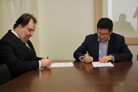 Diretores da CAASP e da Osesp assinam a parceria