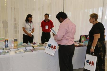Advogados compram livros na Livraria Móvel, na Conferência da Penha