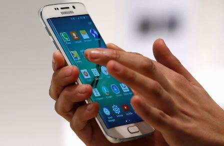 Homem manuseia smartphone