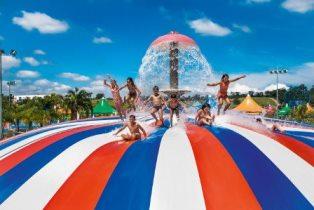 Crianças brincam em atração do parque aquático Wet'n Wild