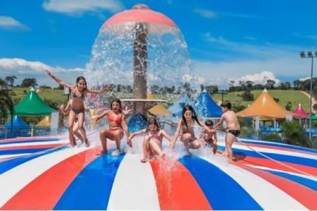 Crianças brincam no parque aquático